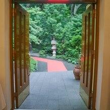 シェラトン都ホテル東京の画像 フラワーシャワーのため、赤いカーペットが敷かれています