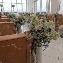 アートグレイス ウエディングコースト 東京ベイの画像 チャペルの席の花