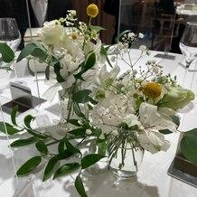 東郷神社・ルアール東郷 ラ・グランド・メゾン HiroyukiSAKAIの画像|テーブル装花 会場の両サイドがガラス張りなので、装花はシンプルでも十分でした