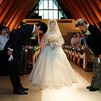 星野リゾート 軽井沢ホテルブレストンコート:夏の陽光に輝く緑に包まれた教会で、父から新郎へ託される新婦。牧師から両親に向けて、温かな労いの言葉も