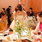 星野リゾート 軽井沢ホテルブレストンコート:リビングやダイニング、オープンキッチンのあるパーティ会場。ふたりらしくアットホームなおもてなしが実現