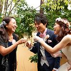 星野リゾート 軽井沢ホテルブレストンコート:あふれる緑をバックにシャンパンで乾杯。手作りアイテムを飾った邸宅でホームパーティのような穏やかな時間