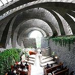 星野リゾート 軽井沢ホテルブレストンコート:豊かな自然と美しく調和し、静かな時が流れる教会。和の落ち着きが漂う披露宴会場も理想的だった