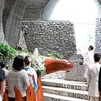 星野リゾート 軽井沢ホテルブレストンコート:父親の背中を見ながらゆっくりと歩む純白の花嫁。たくさんの想いが重なる神聖な空間で、祝福と感動の教会式