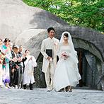 星野リゾート 軽井沢ホテルブレストンコート:夏の気配を帯びた新緑と、爽やかな風の中で迎えたリゾート挙式。軽井沢ならではの大切な思い出をはぐくめた