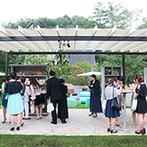 星野リゾート 軽井沢ホテルブレストンコート:軽井沢らしい緑に包まれたおしゃれな会場でパーティ。ガーデンでのおもてなしや生演奏など自由に楽しんだ