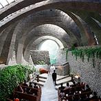 星野リゾート 軽井沢ホテルブレストンコート:石の間からさしこむ自然光に感動。優しい牧師の眼差しと、雄大なスケールを感じる挙式は一生の思い出に