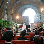 星野リゾート 軽井沢ホテルブレストンコート:静寂と神秘の空気が漂う、石造りの教会に心動かされたふたり。軽井沢リゾートで大切な人たちと過ごすことに