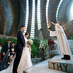 星野リゾート 軽井沢ホテルブレストンコート:石畳の道の先に現れる教会は、周りの自然と見事に調和。光が射し込む厳かな空間で、映画のように美しい挙式
