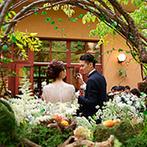 星野リゾート 軽井沢ホテルブレストンコート:爽やかな緑が包むテラス付きの会場で、プライベートなパーティ。信州ならではの料理やデザートビュッフェも
