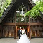 星野リゾート 軽井沢ホテルブレストンコート:静かな森に佇む歴史ある教会。ふたりが理想とする、厳粛な雰囲気の挙式とガーデンパーティが叶う会場