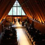 軽井沢高原教会:午後から雨があがり、晴れやかな青空に輝く新緑。歴史ある木造の教会では、両親とのシーンも感慨深いものに
