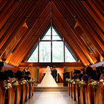 軽井沢高原教会:季節の自然にも祝福されるような、森の中に佇む教会。牧師から両親へ贈られた言葉が、心に深く響いた