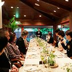 軽井沢高原教会:ナチュラルグリーンの花が爽やかなレストラン。滋味豊かな食材が生かされ、メインを選べる料理でおもてなし