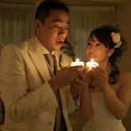 森のチャペル 軽井沢礼拝堂 ホテル軽井沢エレガンス:灯りを受け渡すキャンドルリレーで味わえた一体感。バラ型のろうそくは、共に過ごした温もりの時間の証し