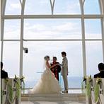アクアグレイス・チャペル:ガラス越しに望む水平線…祭壇の向こうは、果てしなく広がる太平洋!南の海に祝福されて、永遠の愛を誓う