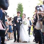 軽井沢プリンスホテル フォレスターナ軽井沢:石造りの壁や木の素材をいかしたチャペルで叶えた挙式。爽やかな秋風を感じながらのフラワーシャワーに笑顔