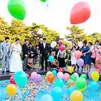 軽井沢プリンスホテル フォレスターナ軽井沢:色とりどりのバルーンがプールから舞い、子どもゲストも大はしゃぎ。高原の中でプライベートな演出を満喫