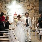 ニドム 石彩の教会 森の教会:さまざまな石で彩られたチャペルで誓った永遠の愛。開放感抜群の場所でアフターセレモニーも華やかに
