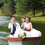 THE NIDOM RESORT WEDDING:ボートに乗って湖から現れ、バブルシャワーの祝福!騎士の叙勲式などの演出も、中世気分で楽しんでもらえた