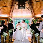 THE NIDOM RESORT WEDDING:式の前にゲストと言葉を交わし、新郎もゲストもリラックス。正面に森を望む祭壇で永遠の愛を誓った