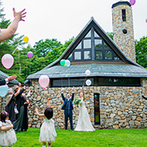 THE NIDOM RESORT WEDDING:石が幾重にも重なった繊細なチャペルで、幸せをかみしめた。森の中で放つバルーンは、写真映え抜群!