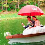 THE NIDOM RESORT WEDDING:笑顔で赤い傘を差すふたりがボートで登場するサプライズも大成功。ゲストへの細やかな配慮も行き届いていた