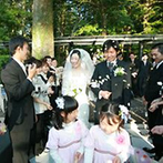 軽井沢クリークガーデン:結婚証明書へのサインは、双方の両親、兄弟、友人にお願い。記念に残る儀式となり、ふたりも大満足!