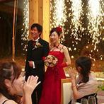 軽井沢クリークガーデン:予告なしに点火された花火には、ゲスト一同びっくり!皆の驚いた顔を目の当たりにし、ふたりも満面の笑みに