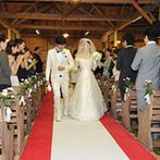 旧軽井沢礼拝堂 旧軽井沢ホテル音羽ノ森:軽井沢の自然を感じながら高級外国車で礼拝堂へ。誓いの言葉を牧師に続いて唱える挙式に、結婚を実感
