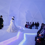 星野リゾート トマム・水の教会:幻想的に煌く、「氷の教会」で叶った1日1組限定のセレモニー。挙式後は、何発もの花火がふたりを祝福した