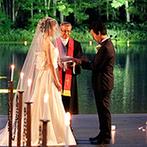 星野リゾート トマム 水の教会:豊かな自然に溶け込むかのような、聖なる誓いの舞台。幻想的なキャンドルが灯る優雅なナイトウエディング