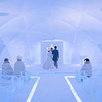 星野リゾート トマム 水の教会:マイナス20度の凛とした空気が包む『氷の教会』。アイスブルーの美しい光が照らす空間で神秘的なセレモニー