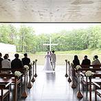 星野リゾート トマム 水の教会:澄みきった水・光・緑・風に包まれた教会。雄大な自然と大切な家族に誓いをたてる、晴れやかなセレモニーに