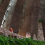 石の教会 内村鑑三記念堂:父の背を見ながら、回廊式のバージンロードを歩んで祭壇へ。式後はゲストから祝福を受けるライスシャワー!