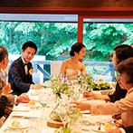 石の教会 内村鑑三記念堂:ゲストの顔がよく見えるテーブルで、和やかな会食。緑と白のテーブル装花が、軽井沢の風景とマッチ