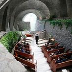 石の教会 内村鑑三記念堂:親しい人に囲まれての少人数ウエディングを軽井沢で。ふたりの思い出がある教会とレストランを選んだ