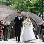 石の教会 内村鑑三記念堂:軽井沢の自然に調和しつつ、唯一無二の存在感を放つ『石の教会』。家族や親友たちが祝福する温かな挙式