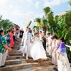 コーラルヴィータ・チャペル(ANAインターコンチネンタル万座ビーチリゾート):沖縄の景勝地・万座毛を見渡すチャペルや、憧れの大階段が魅力的。緑溢れるガーデン付きの会場も決め手に