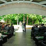 星野リゾート リゾナーレ八ヶ岳:陽光で輝く緑をバックに交わした愛の誓い。ゲストやペットからの祝福を受け、ふたりは幸せをかみ締めた