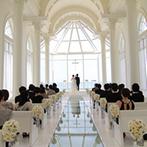 ラソール ガーデン・アリビラ:窓から沖縄の海と青空を望む、開放感抜群のチャペル。高い天井に響き渡る聖歌隊の歌声にうっとり