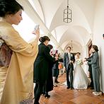 ローズガーデンクライスト教会:長い赤じゅうたんの先に、煌く講壇のステンドグラス…正式なプロテスタント教会で、少人数の結婚式がしたい
