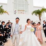 セントレジェンダ OKINAWA(CENTLEGENDA OKINAWA):目の前に海が広がるチャペルで、笑顔いっぱいの温かな挙式。大階段でのフラワーシャワーもドラマティック!