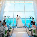 セントレジェンダ OKINAWA(CENTLEGENDA OKINAWA):陽光を受けて輝き、海と空も見守るチャペル。親子で誓いをたてた後は、大階段で爽やかなアフターセレモニー