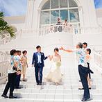 セントレジェンダ OKINAWA(CENTLEGENDA OKINAWA):沖縄の海と空を望むリゾートムード満点のチャペルで誓った永遠の約束。大空の下でのフラワーシャワーに笑顔