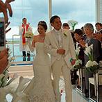 セントレジェンダ OKINAWA(CENTLEGENDA OKINAWA):大好きな海と空に囲まれた、3面オーシャンビューの純白チャペル。聖歌隊の歌声と温かな祝福に包まれた挙式