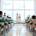 セントレジェンダ OKINAWA(CENTLEGENDA OKINAWA):沖縄の海をバックに誓うカジュアルな人前式。眩しい自然光&晴れわたる青空が、幸せのシーンを引き立てた