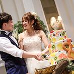 アーククラブ迎賓館 金沢:装花やブーケは秋らしくドライフラワーをアレンジ。フルーツを飾ったケーキにはテーマの【&】型クッキー!