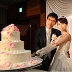 ANAクラウンプラザホテル岡山:フロア貸切の会場を生花で上品にコーディネート。新郎から新婦へ、手作りのウエディングケーキのサプライズ