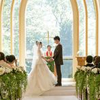 SHOZANKAN(仙台 勝山館):木々や風、蝶にも祝福されるチャペルでの挙式。美しいグリーンに純白のドレスが映え、ゲストの心に刻まれた